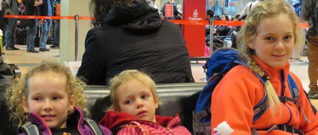 3 piger i lufthaven i hamburg som glæder sig til at vi skal rejse til sri lanka med børn