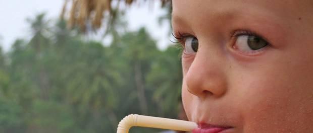 en glad pige som elsker at rejse rundt på sri lanka