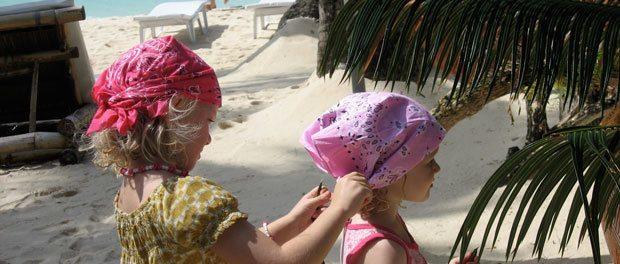 børnene leger i sandet på boracay