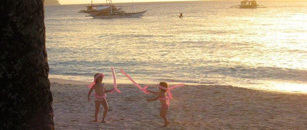 børnene leger med balloner på stranden ved boracay
