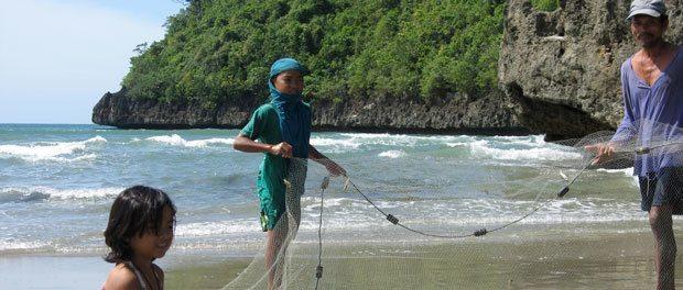 vi undersøger hvad de lokale fiskere har fået i nettet