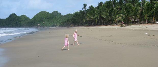 børnene nyder livet på stranden på filippinerne