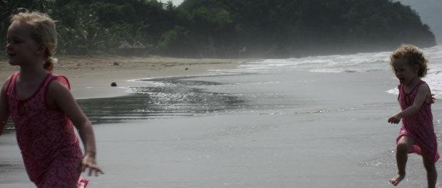 pigerne hygger sig i vandet ved sipalay