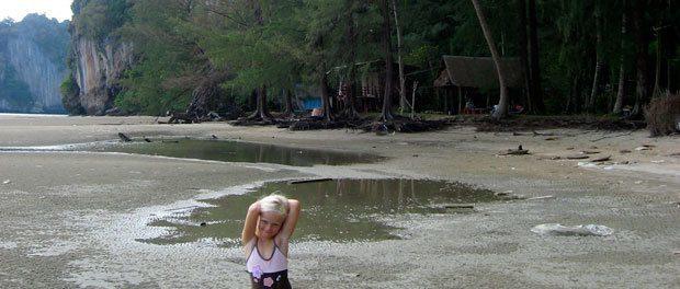 børnene hygger sig på stranden i thailand