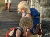 Så gik vores rejse fra thailand til malaysia vores børn går her med rygsækkene som vaske ægte mini backpackere