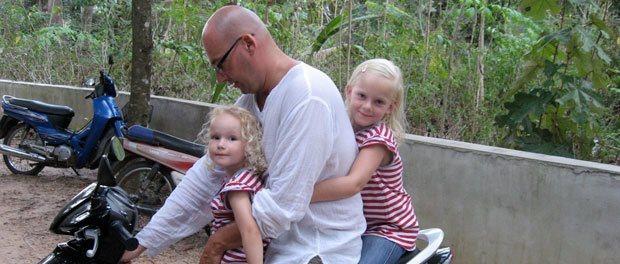 far og børnene på knallert til rundtur på øen