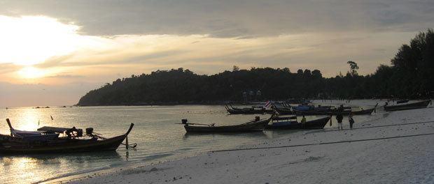 en smuk solnedgang på stranden i Thailand ved koh lipe