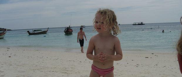 børnene hygger sig på stranden på koh lipe i Thailand