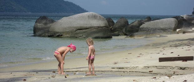 den smukkeste strand på thailand uberørt og børnene leger