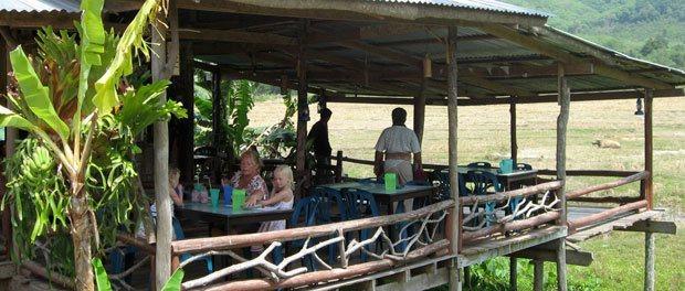 spise med de lokale på øen