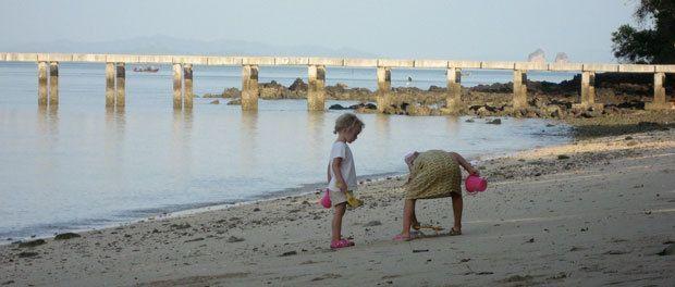 børnene leger på stranden