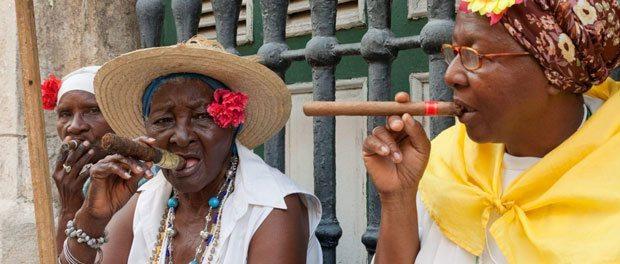 Vi rejser til Cuba og skal ryge cigarer med de gamle damer som vises på dette billede