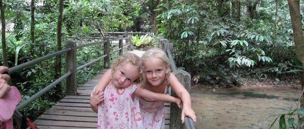 pigerne hygger sig i parke