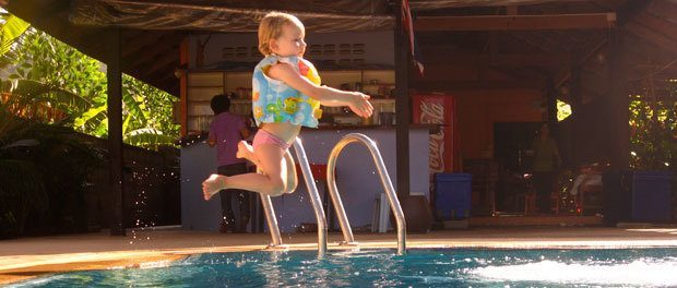børnene elsker altid en svømmepool her ved khao lak