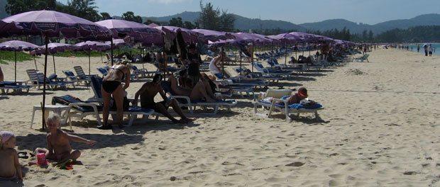 en del turister på stranden ved phuket ikke lige vores kop te