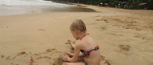 hygge på stranden i troperne med uv badetøj