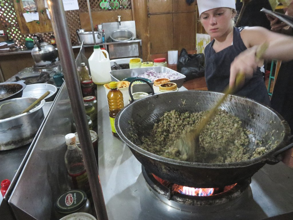 clara er i køkkenet og laver sri lankan curry