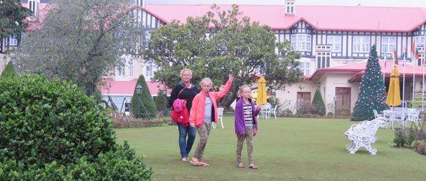 pigerne på græsset foran hotellet