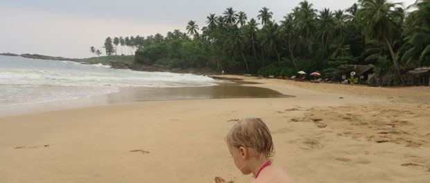 hygge på stranden ved skumringstid