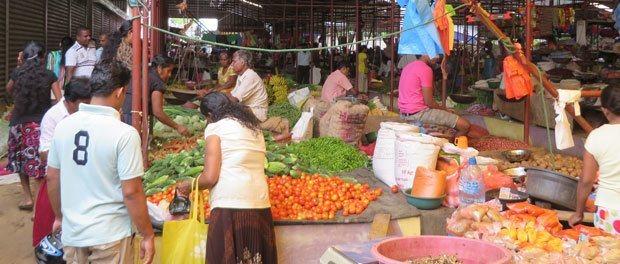 lækre friske grøntsager og frugter på det lokale marked i tangalle