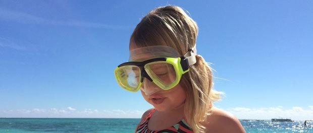 eftertænksom pige på stranden ved bahamas