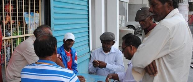 de lokaler spiller og hygger i mauritius