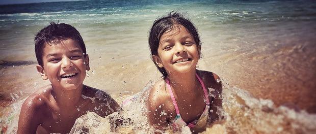 børnene nyder strandene på sri lanka