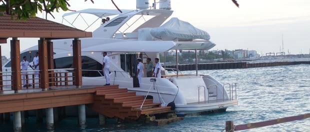 vi vinker til præsidenten lige da vi lander på maldiverne