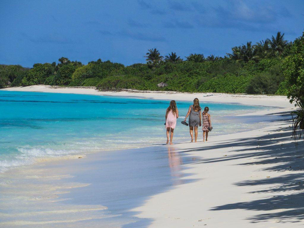 pigerne hygger ved stranden paa fulhadhoo
