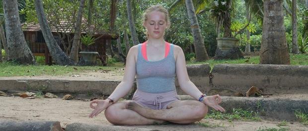 yoga på stranden i sri lanka