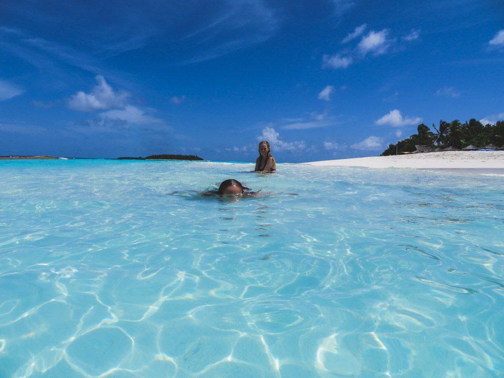 badning i det lækreste vand på resortet på maldiverne