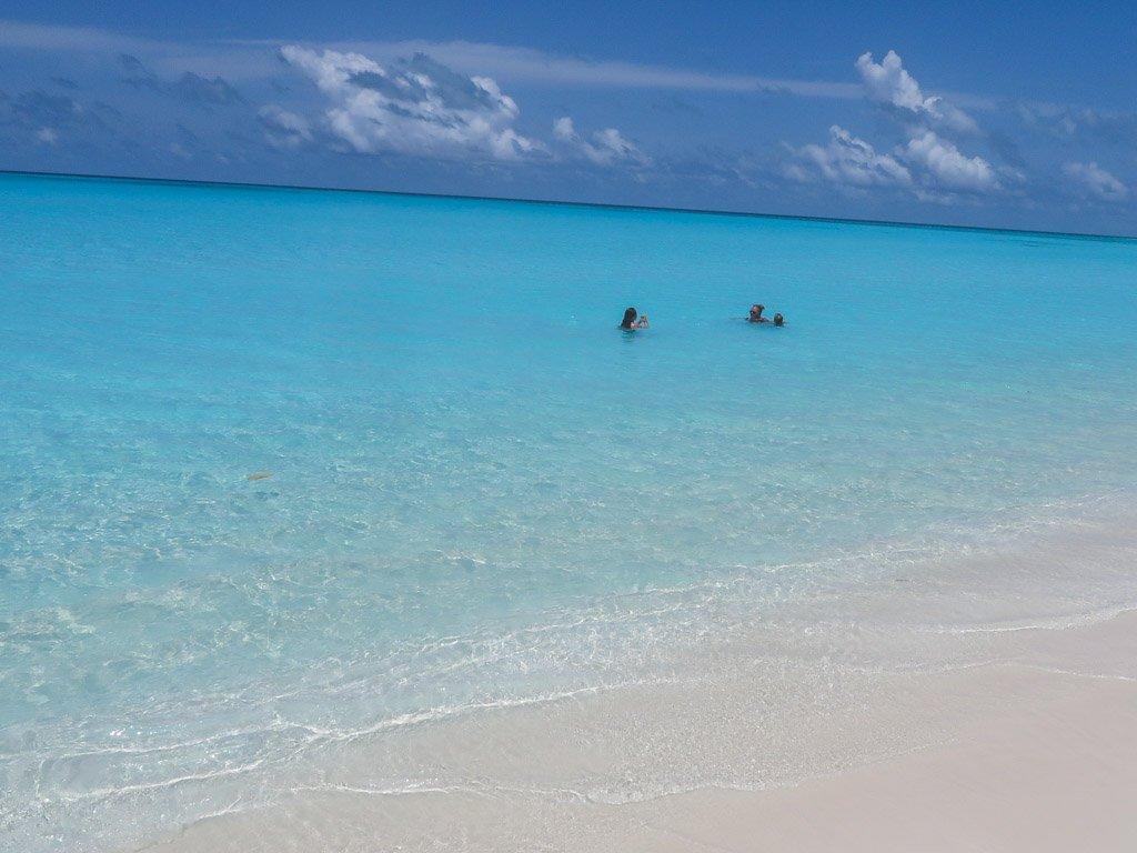 stranden ved fulhadhoo paa maldiverne