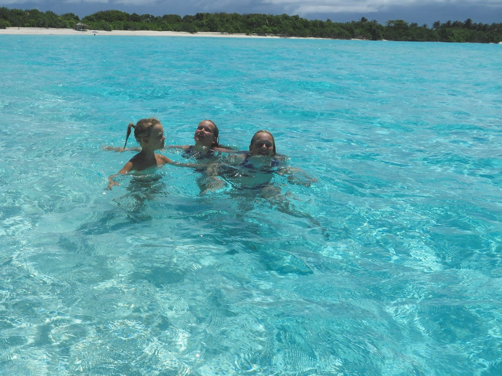 badning ved stranden paa vores ferie til maldiverne