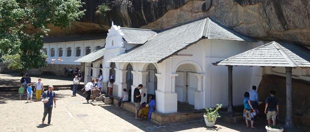 uden for templerne ved grotterne i dambulla