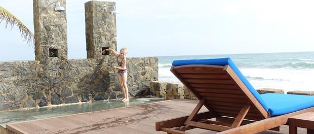 bjørk i bruseren inden hun hopper i saltvands poolen