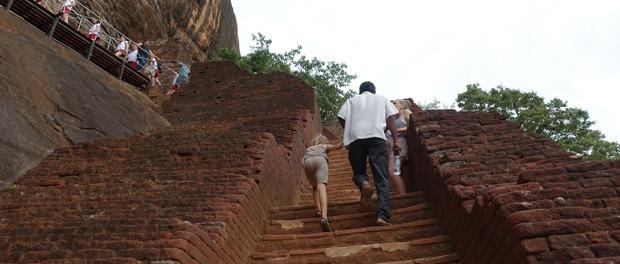 på vej op af trapperne ved sigirya