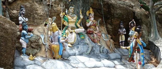 masser af hindu statuer og templer