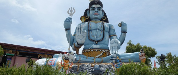 kæmpe shiva statue ved indgangen til templet