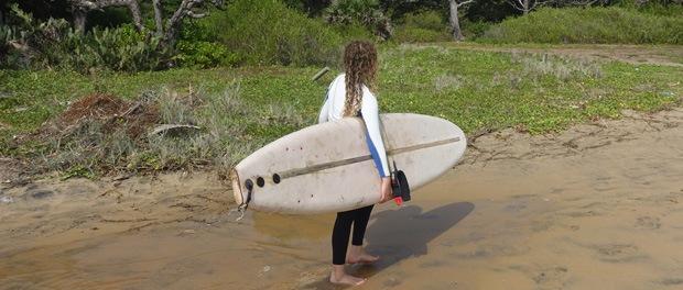 pauline går ned til surf spottet ved arugam bay