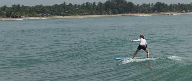 oppe af stå på surf brættet