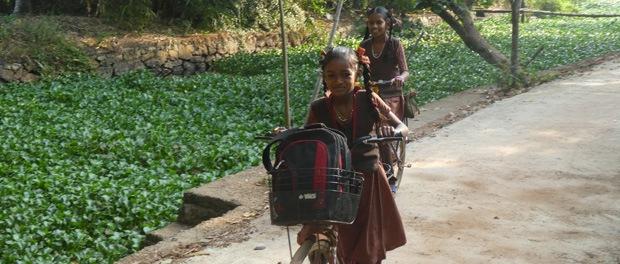 piger på vej til skole i ourland