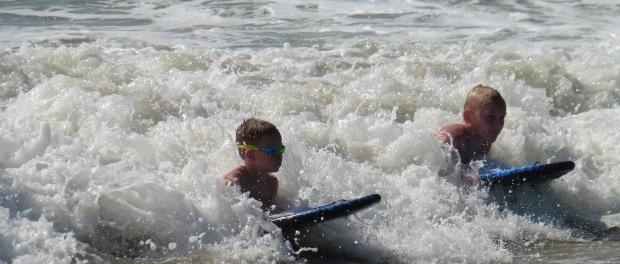 Lækre bølger til drengene på Kirinda Beach Resort.