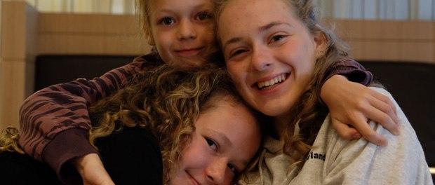 3 skønne unger der glæder sig over at rejsen er startet