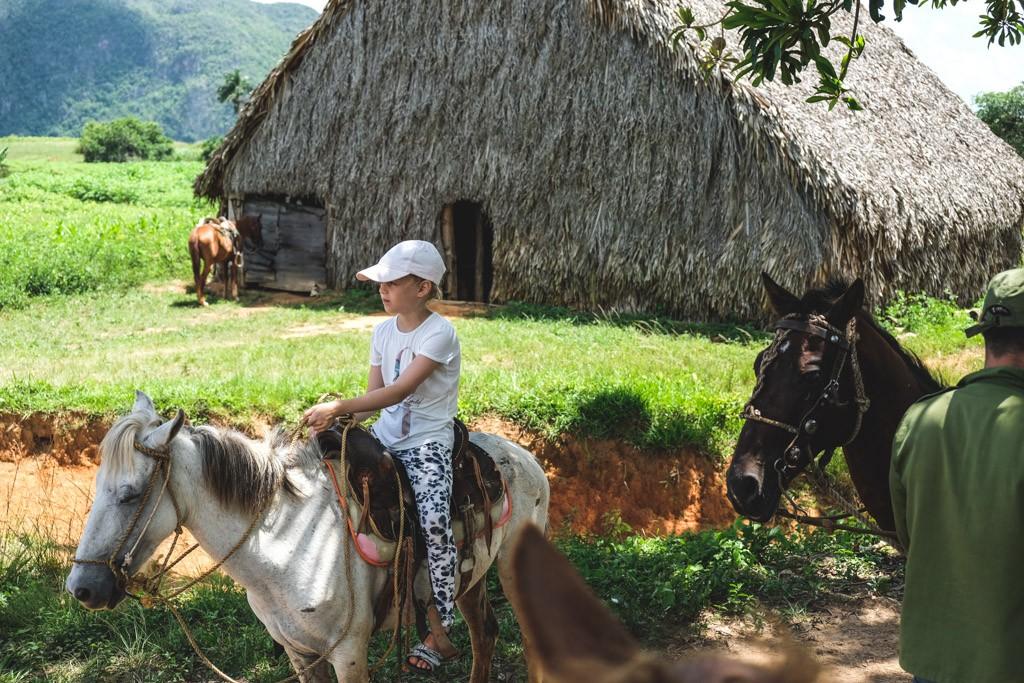 bjørk nyder turen på hesten