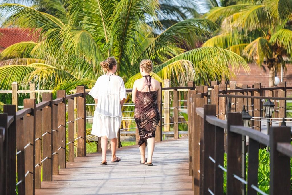 pigerne går på broen ved cayo levita