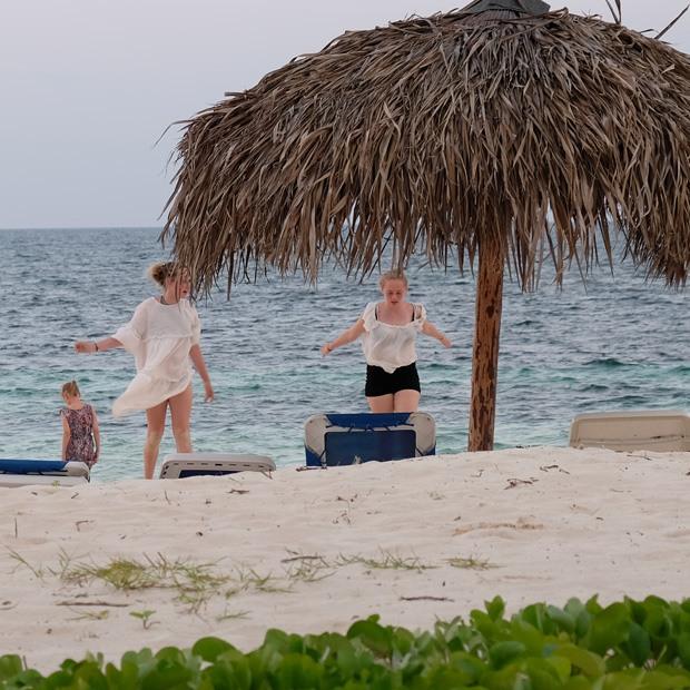 børnene legede ved stranden om aftenen på cayo levisa