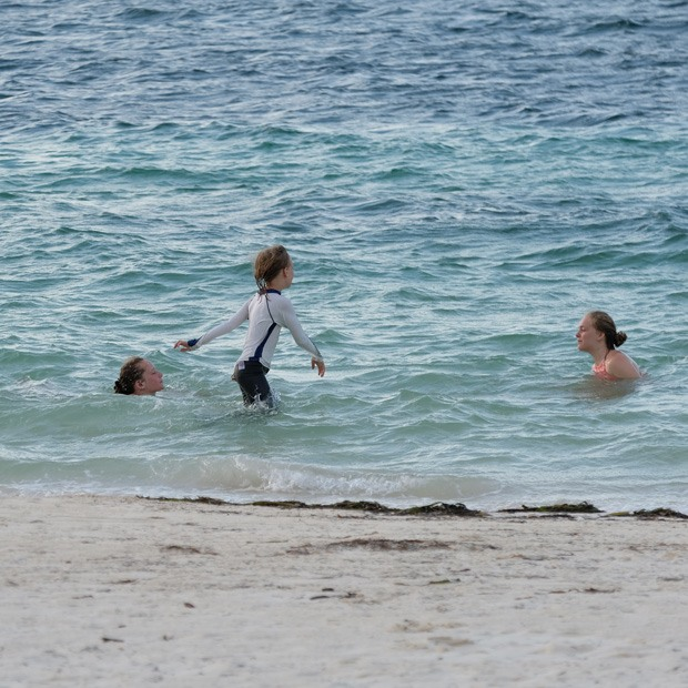 pigerne hygger ved vandet ved cayo levisa
