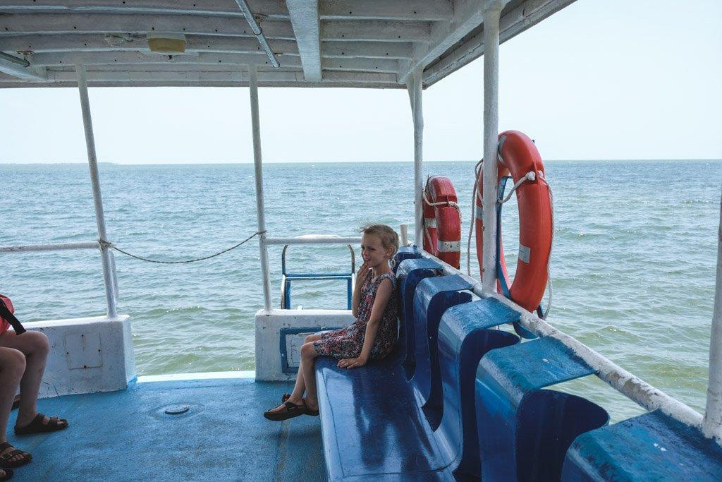 bjørk hygger på båden på vej til Cayo Levisa