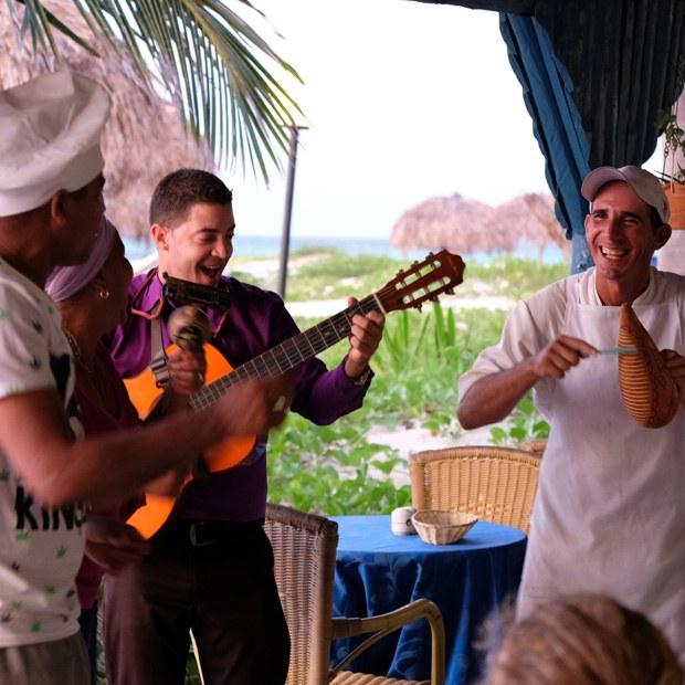 musik ved restauranten på cayo levisa