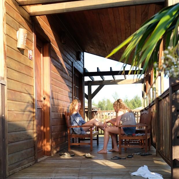 hygge uden for hytterne på cayo levisa